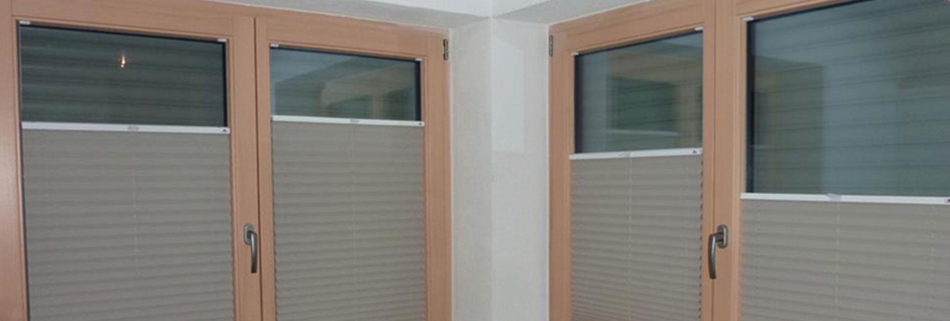 schlaff rdernde plissee verdunkelung am schlafzimmerfenster. Black Bedroom Furniture Sets. Home Design Ideas